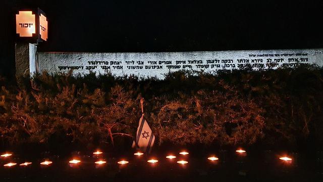 קיר יזכור בקיבוץ נירים בערב יום הזיכרון לחללי מערכות ישראל (צילום: בראל אפרים)