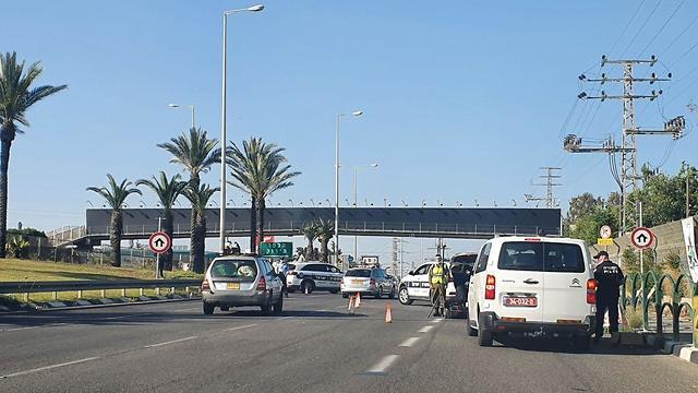 מחסום משטרת ישראל לפני בית עלמין קריית שאול בעקבות סגר יום הזיכרון ()