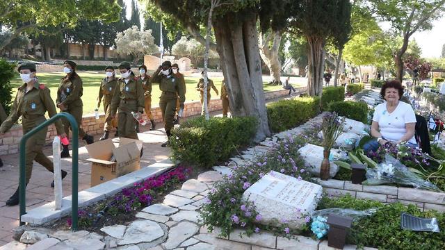 לאה שפיץ בבית העלמין קריית שאול בתל אביב ביום הזיכרון (צילום: מוטי קמחי)