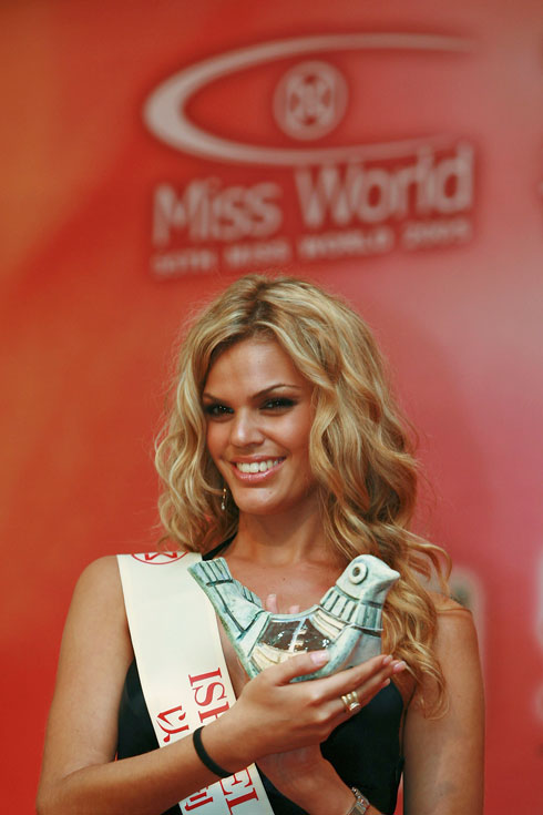 קרן שחם מייצגת את ישראל בתחרות מיס עולם ב-2005 (צילום: China Photos/GettyimagesIL)