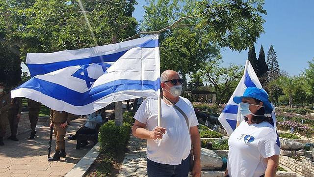 חיילים בבית עלמין קריית שאול בתל אביב ביום הזיכרון ()