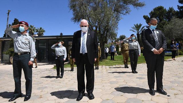 הנשיא ראובן ריבלין עומד בצפירת יום הזיכרון בבית הנשיא (צילום: מארק ניימן, לע