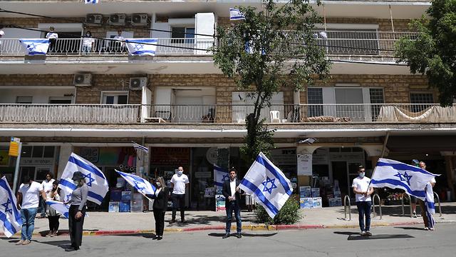ירושלים אנשים עומדים בצפירת יום הזיכרון לחללי מערכות ישראל ברחבי הארץ (צילום: EPA)
