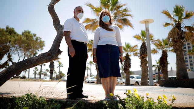 אשקלון אנשים עומדים בצפירת יום הזיכרון לחללי מערכות ישראל ברחבי הארץ (צילום: רויטרס)