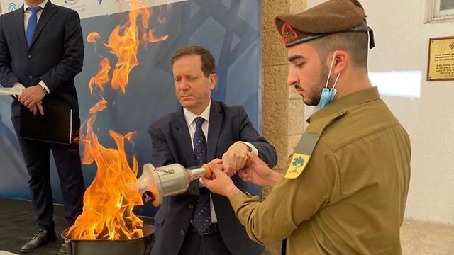 יצחק הרצוג והחייל הבודד אורי חמו (צילום: הסוכנות היהודית)