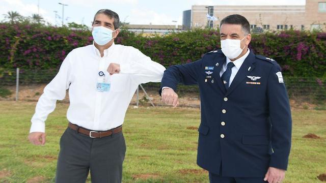 מפקד חיל האוויר ומנהל בית חולים שיבא תל השומר (צילום: יאיר שגיא)