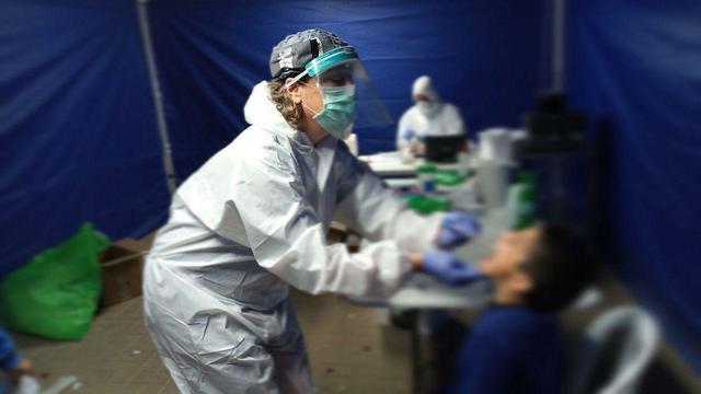 בדיקות קורונה בחורה ( צילום: אילן תיבי, כללית מחוז דרום)