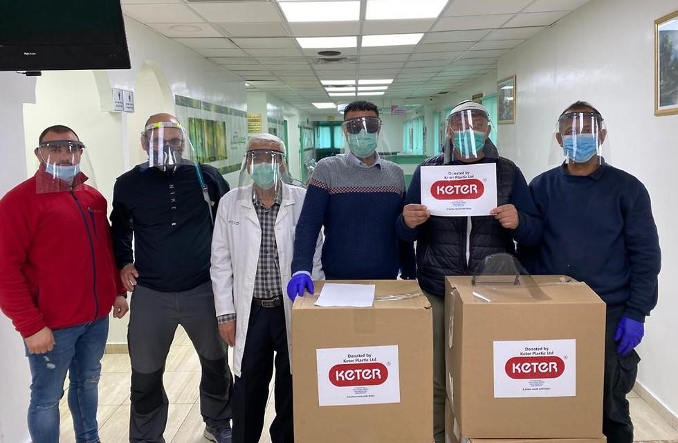 תרומות מסכות מגן 'כתר' בבית חולים במזרח ירושלים (צילום: אמיתי דן)