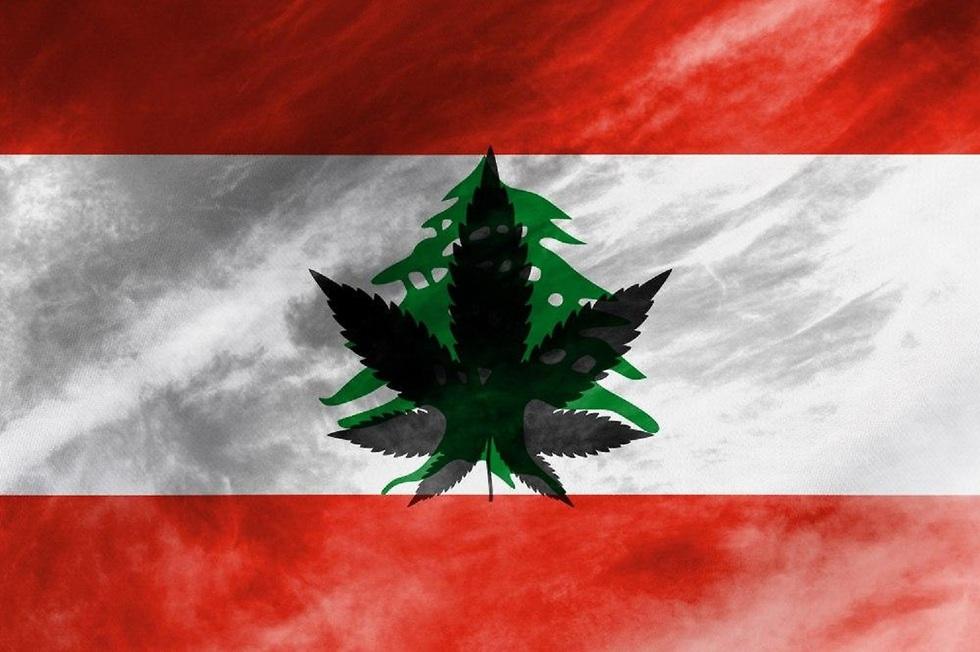 דגל לבנון עם סמל גראס באמצע ()
