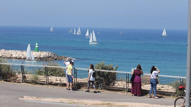 משט ההצדעה לצוותי הרפואה יצא ממרינה הרצליה לכיוון תל אביב (צילום: מוטי קמחי)