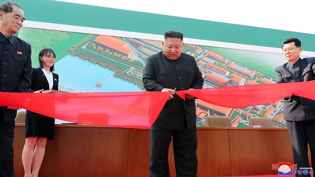 קים ג'ונג און בטקס חנוכת מפעל הדשנים (צילום: AFP)