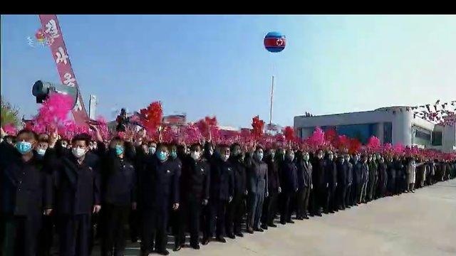 קים ג'ונג און בטקס חנוכת מפעל הדשנים ()