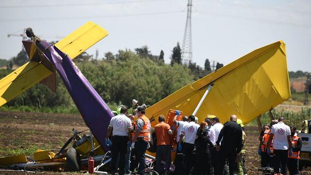 התרסקות מטוס קל בשטח פתוח ליד יקום (צילום: יאיר שגיא)