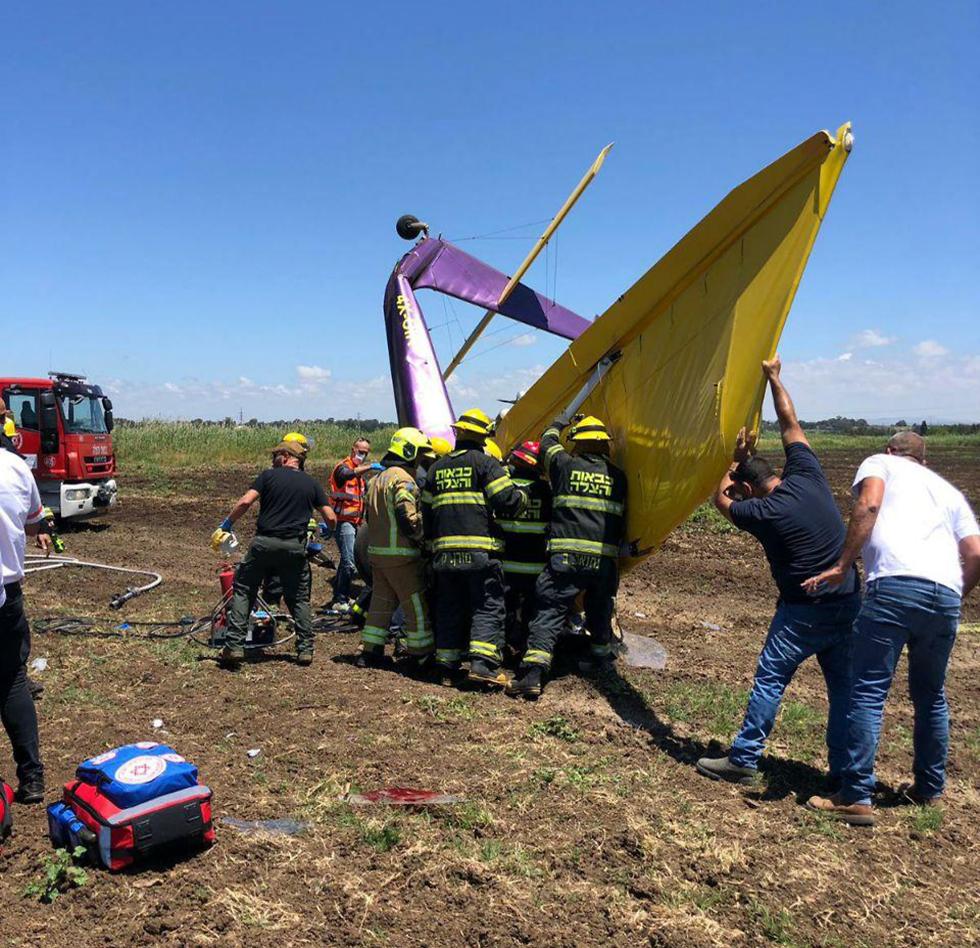 התרסקות מטוס קל בשטח פתוח ליד יקום (צילום: כבאות והצלה)