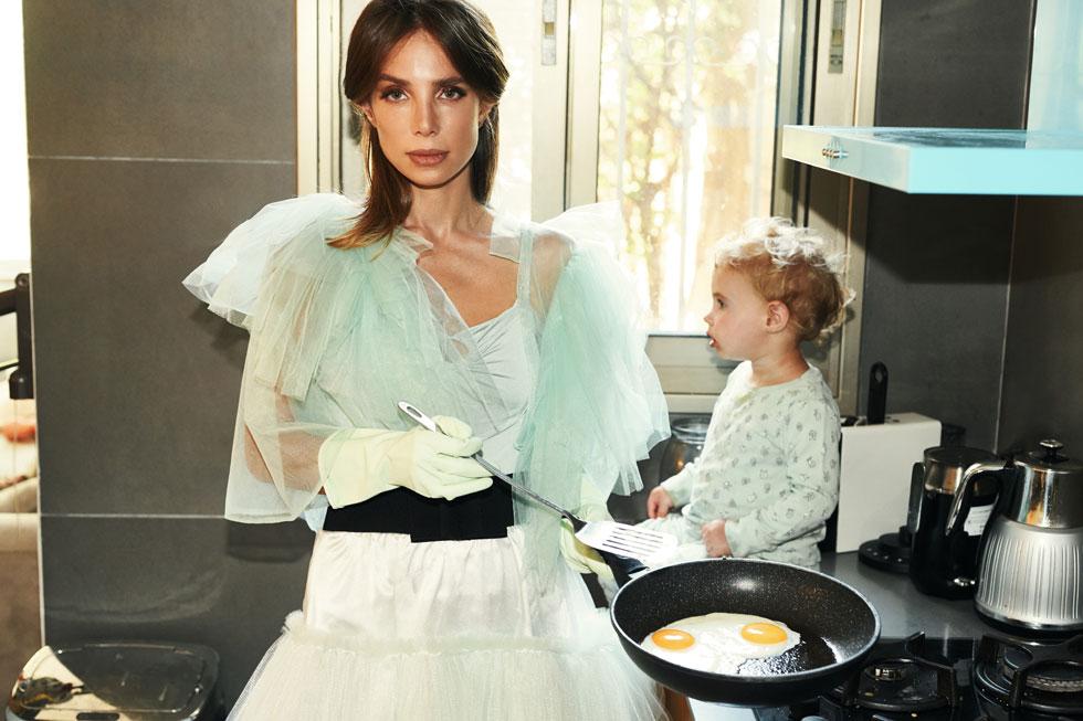 """""""בינתיים סדר היום שלי משש וחצי בבוקר ועד הערב הוא לנקות, לסדר, לבשל, לפנות את האוכל, לעשות מדיח ועוד אחד, ואז הפעלות לילדים, ושוב לבשל"""". בגדים, שחר אבנט (צילום: חלי פרידמן)"""