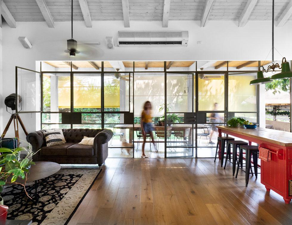 הדק הוחלף באריחי בטון מצוירים בעבודת יד, ושולחן ארוך מעץ גושני הוא מקום האירוח העיקרי (צילום: נגה שחם פורת)