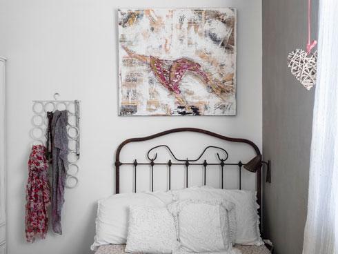 מיטת ברזל עתיקה מצרפת בחדרה של הבכורה, לצד קיר שנצבע בצבע עם מרקם טקסטילי (צילום: נגה שחם פורת)