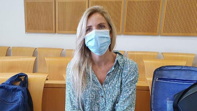 שרון פרי מוסרת עדות בבית המשפט (צילום: בראל אפרים)