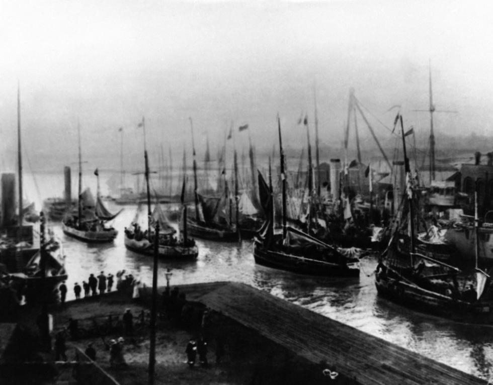 ספינות עם פליטים מבלגיה בחופי אנגליה במלחמת העולם הראשונה (צילום: AP)