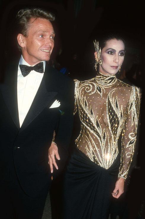 1985: הזמרת שר יד ביד עם מעצב האופנה והתלבושות הצמוד בוב מאקי, במראה סולידי יחסית לעצמה  (צילום: rex/asap creative)