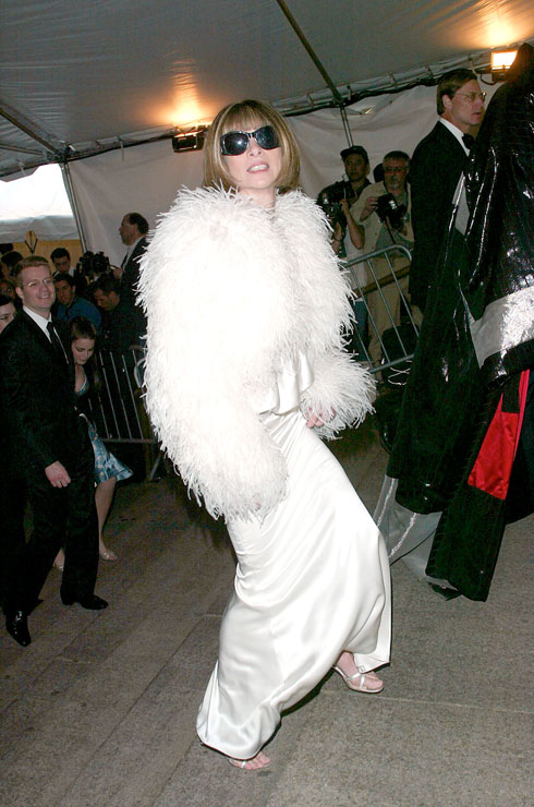 2003: אנה ווינטור, עורכת ווג אמריקה והמארחת הרשמית של הגאלה, בשמלה לבנה של טום פורד לגוצ'י ומעיל גדילים שעיר. מראה מלכת הקרח מעולם לא היה מוחשי יותר  (צילום: Evan Agostini/GettyimagesIL)