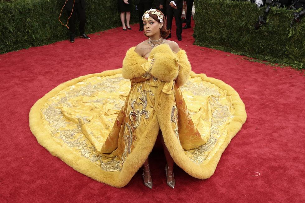 2015: הזמרת ריהאנה הדהימה את הנוכחים בשמלה עשירה בבד של מעצבת ההוט קוטור הסינית גו פאי, שהתפרסמה בזכותה בעולם המערבי ומאז מציגה בקביעות בשבוע האופנה העילית של פריז. השמלה זכתה למאות ממים ברשתות החברתיות בזכות גודלה יוצא הדופן  (צילום: Neilson Barnard/GettyimagesIL)