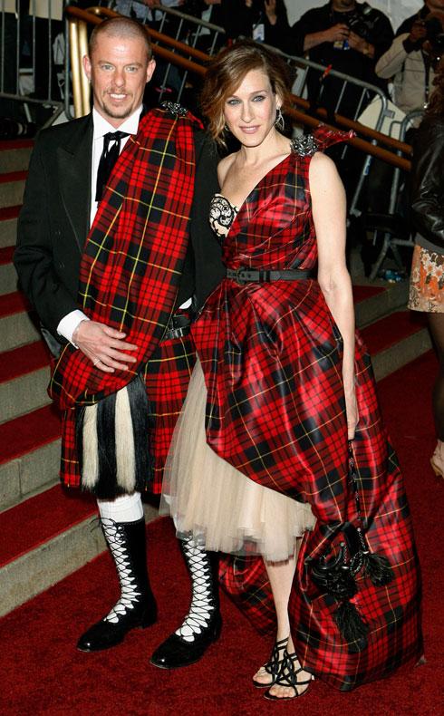 2006: אחד המראות הבלתי נשכחים שייך למעצב אלכסנדר מקווין ולשחקנית שרה ג'סיקה פרקר, שהתייצבו במראה תואם מבד משובץ  (צילום: AP)