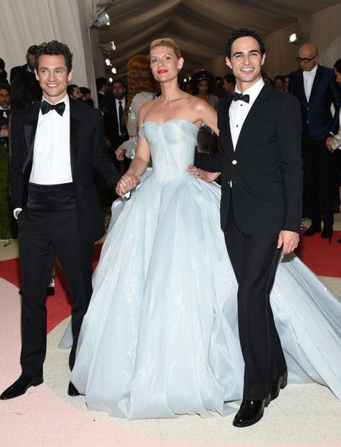 2016: השחקנית קלייר דיינס עם אחת השמלות היפות והחכמות שנראו על השטיח האדום בגאלה של המטרופוליטן מאז ומעולם. השמלה בעיצובו של זאק פוזן מציגה הוט קוטור לצד טכנולוגיה, כאשר היא נדלקת ומוארת בחשכה. אם כבר להיות נסיכת דיסני, לפחות בסגנון המאה ה-21  (צילום: AP)