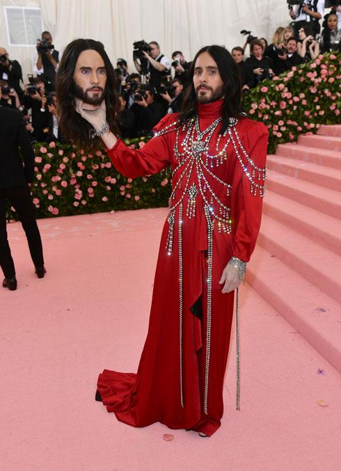2019: השחקן ג'ארד לטו בשמלה אדומה מעוטרת אבני סברובסקי של גוצ'י וראש כרות בדמותו שלו  (צילום: AP)