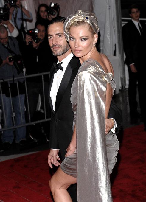 2009: הדוגמנית קייט מוס מלווה את חברהּ הקרוב, מעצב האופנה מארק ג'ייקובס, לבושה כאלה כסופה. עשור לאחר מכן היא תחזור לאירוע (לאחר זמן ארוך שלא קיבלה ויזה לארצות הברית) יחד עם ג'ייקובס בשמלה כסופה אחרת  (צילום: AP)