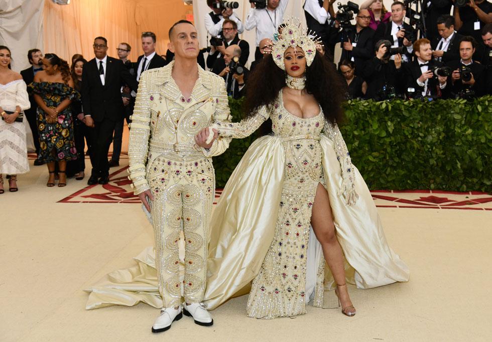 2018: הראפרית קארדי בי בהופעת בכורה באירוע, לבושה בשמלת אפיפיור הריונית של מוסקינו. לצדה, בתפקיד יוחנן המטביל, המעצב ג'רמי סקוט בתלבושת משלימה  (צילום: AP)