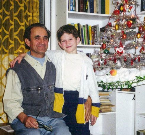 """גולוסובסקי בילדותו, עם סבא ולדימיר. """"הוא ליווה אותי לכל מקום"""" (צילום: אלבום פרטי)"""