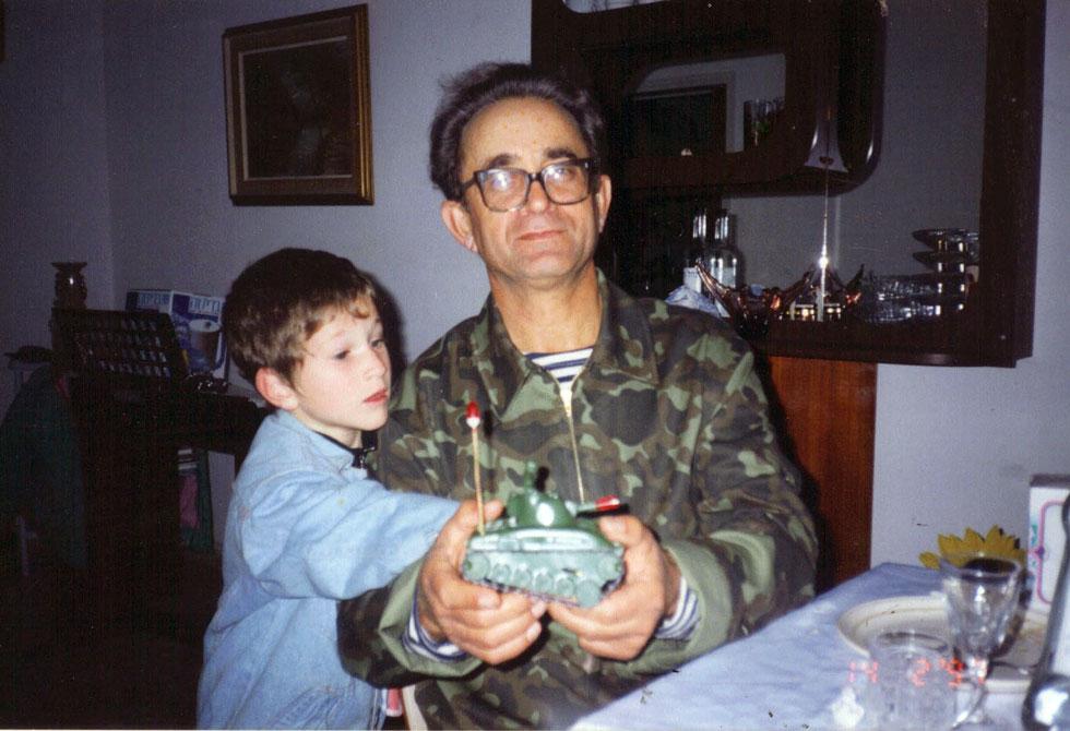 """בילדותו, עם סבו. """"בזכותו הכרתי את הסיפורים של הגיבורים שבזכותם אנחנו כאן"""" (צילום: אלבום פרטי)"""