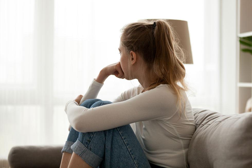 """מסתגרות בבית כי לא רוצות להיתקל בשכן שיגיד """"מזל טוב'""""  (צילום: Shutterstock)"""