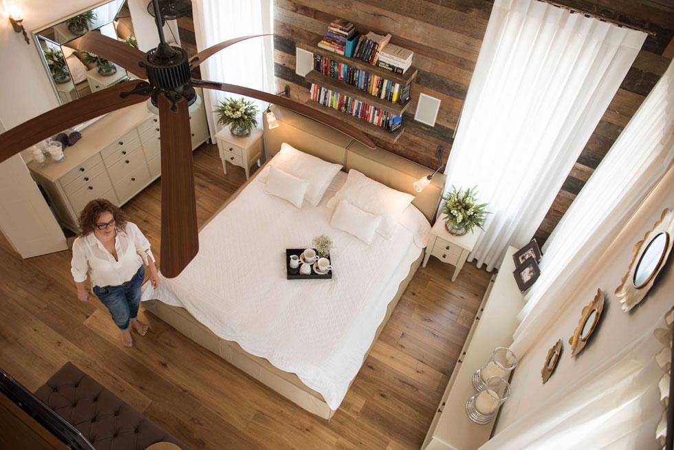 קרן ניב טולדנו עיצבה לעצמה חדר שינה אינטימי ועוטף, שבו היא נרגעת. לחצו לכתבה על פינות המפלט הביתיות של אדריכלים ומעצבים (צילום: גלעד רדט)