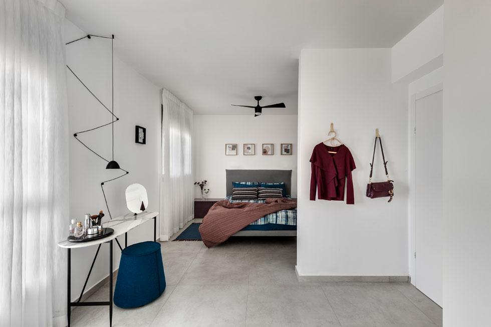 נגישות מרבית בחדר שינה של זוג מבוגרים, שעזבו את הבית הפרטי שבו חיו כל חייהם, כדי להתגורר בנוחות במפלס אחד. עיצוב: מירי בן בסט (צילום: עודד סמדר)