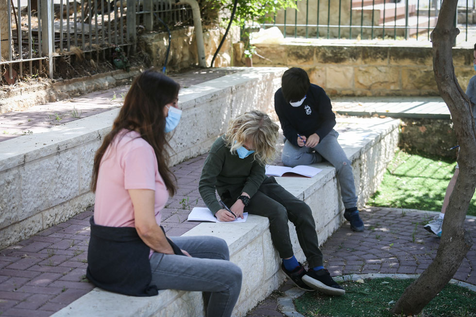 חוזרים לשגרה (2): תלמידים בירושלים (צילום: אלכס קולומויסקי)