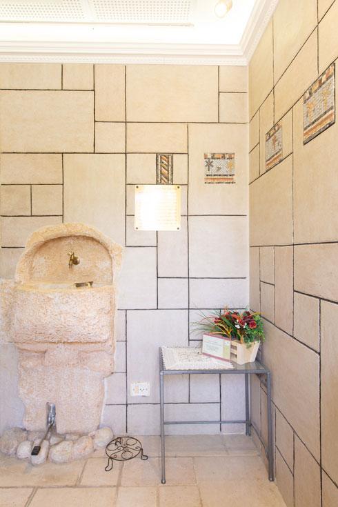 באלון שבות, אמהות ובנות הכינו את הפסיפסים הקטנים, ששובצו בקירות (צילום: דור נבו)