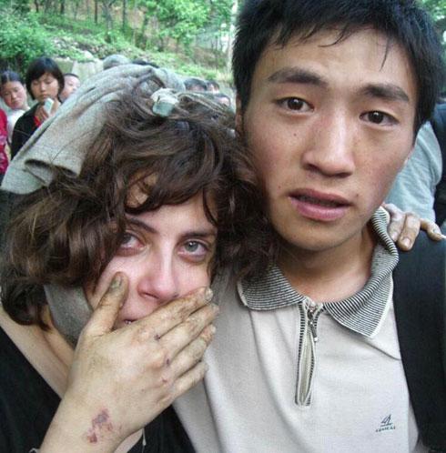 מעיין אחרי רעידת האדמה, עם ג'יאנג ווי. צעדו בדרכים חסומות, בלי יכולת לדבר או לאכול (צילום: אלירן דוזינסקי)