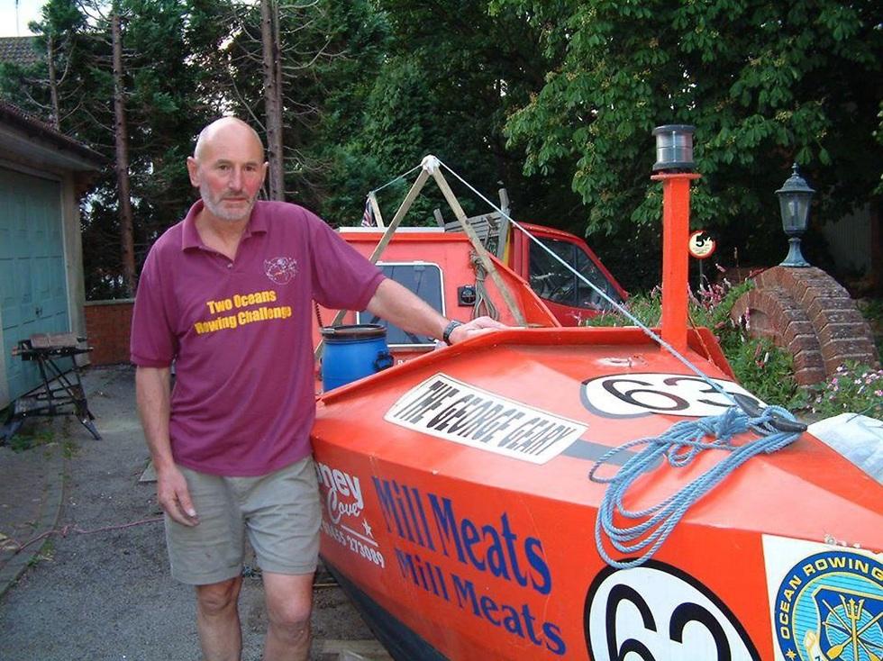גראהם וולטרס ליד סירה (מתוך עמוד הפייסבוק של גראהם וולטרס)