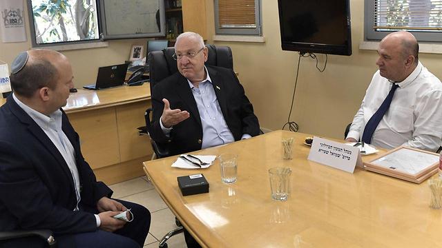הנשיא ושר הביטחון בביקור במכון הביולוגי (צילום: קובי גדעון , לע