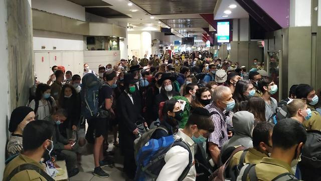 עומס בתחנה המרכזית בירושלים (צילום: מתניה דגן)