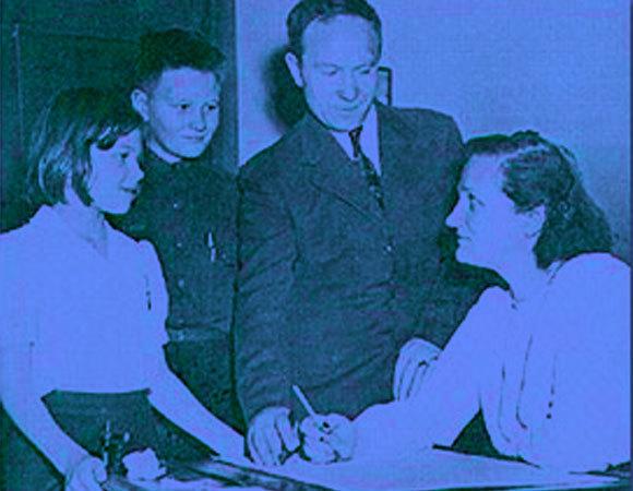 שיתוף פעולה מדעי וזוגי: פיין-גפושקין באוניברסיטה ב-1946 עם סרגיי ושניים מילדיהם  (צילום: ארכיון אוניברסיטת הרווארד)