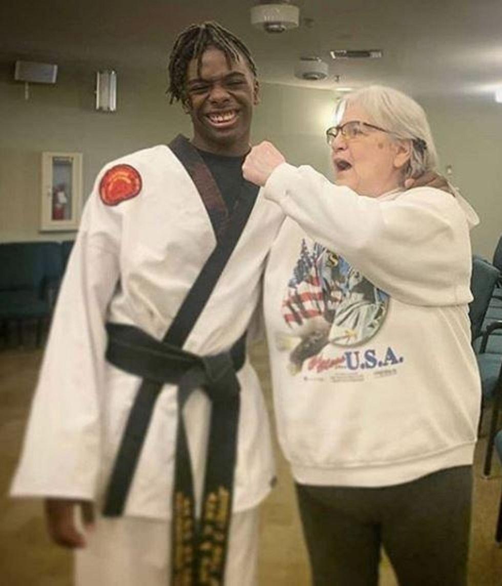 ג'פרי וול מלמד קשישה קראטה (מתוך עמוד האינסטגרם של ג'פרי וול)