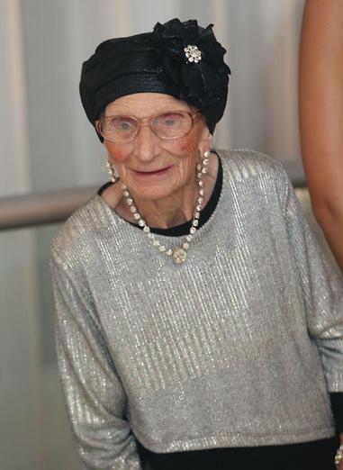 אליס דיין בת ה-95 שבה לראות בזכות מוחמד אבו חמד בן ה-3 (צילום פרטי)