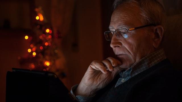 מבוגר ליד איש מחשב נייד  ()