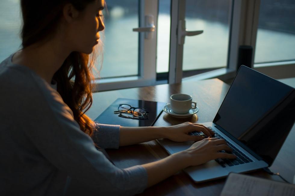 אישה ליד מחשב נייד  ()