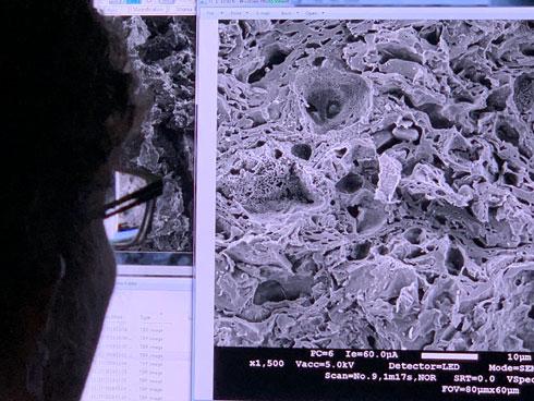 בחינה מיקרוסקופית של דחיסות התערובת (צילום: terraplanter)