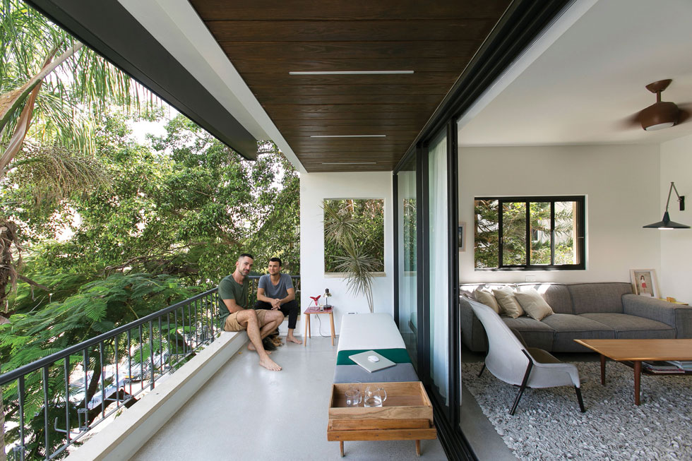 בדירה של אסי עזר ובן זוגו האדריכל אלברט אסקולה, התריס יורד וסוגר על המרפסת ברכות. לחצו לכתבה המלאה (צילום: שירן כרמל)
