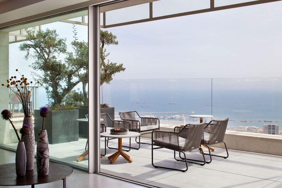 כך מכניסים את המפרץ פנימה: דלתות רחבות ושקופות בדירה חיפאית אלגנטית. עיצוב: לוין פקר אדריכלים. לחצו לכתבה המלאה (צילום: עמית גרון)
